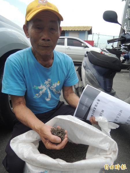 彰化縣溪州鄉農民張玉煌去年試用禽畜糞堆肥,他覺得紅龍果甜度增加,決定今年繼續使用。(記者劉曉欣攝)