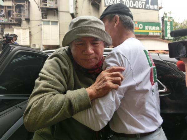 圖為禁食第7天的前民進黨主席林義雄赴宜蘭林家墓園祭祖後返回義光教會,他下車時需由志工攙扶,看起來體力虛弱。(資料照,記者李欣芳攝)