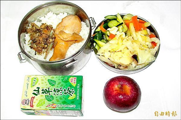 基隆中山愛心會尊老便當,每天都更換不同菜色,一般老人只要自付25元。(記者盧賢秀攝)