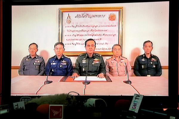 泰國陸軍總司令帕拉育(中),二十二日傍晚在多名將領簇擁下宣布接管政府,中止憲法運作,並實施宵禁。(路透)