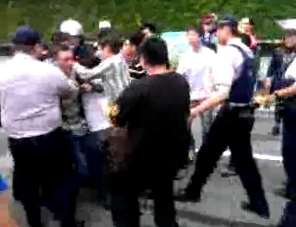 松菸護樹民眾今天再次與遠雄旗下工人和警方發生衝突,包圍車輛的眾人不斷被警方逼退。(圖擷取自網路)