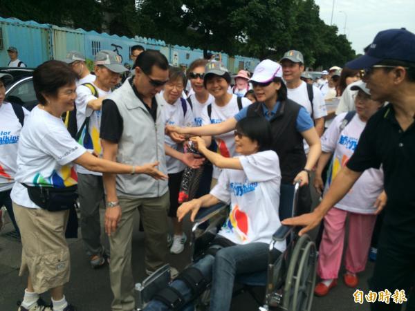 總統夫人周美青今天參加弘道老人福利基金會健走活動,不少民眾搶著和她握手。(記者甘芝萁攝)