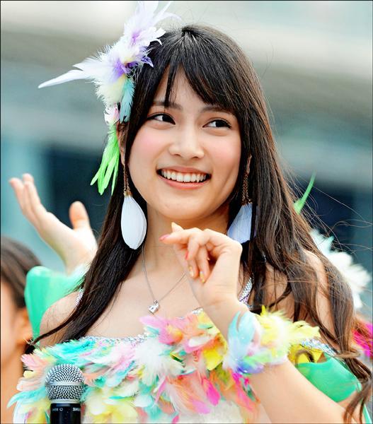 日本人氣少女偶像團體AKB48成員入山杏奈,二十四日在岩手縣粉絲握手會上遭一名男子持鋸齒刀砍傷頭手,幸無生命危險。(法新社)