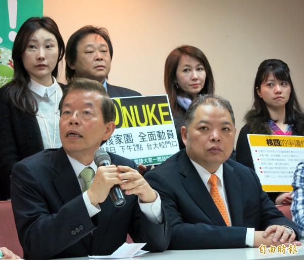 台北市黨部評召黃承國(右前)當選主委,但其身分特殊備受爭議。(記者陳慰慈攝)