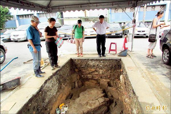 考古團隊在和平島發現西班牙教堂的基礎。(記者盧賢秀攝)