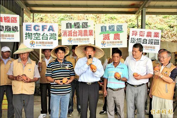 台聯主席黃昆輝(右4)到枋山關切愛文芒果災損情形,並強烈反對自經區,憂心毀掉農業。(記者陳彥廷攝)
