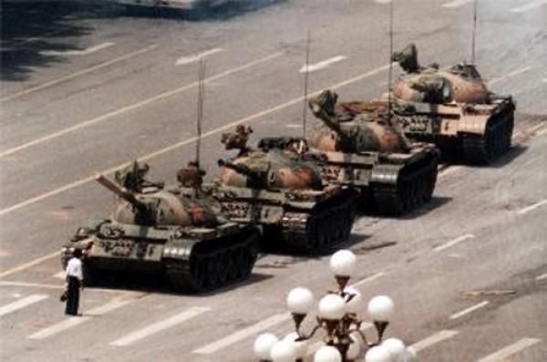 1989年6月5日六四事件的第二天,男子阻擋坦克車隊前進的影像。(圖片取自維基百科)