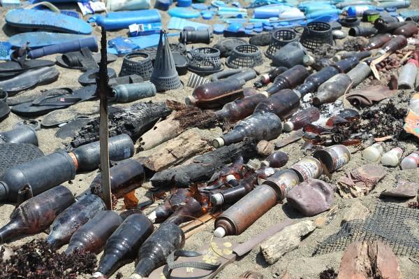 海洋多了許多褐色玻璃瓶廢棄物。(記者蔡宗憲攝)