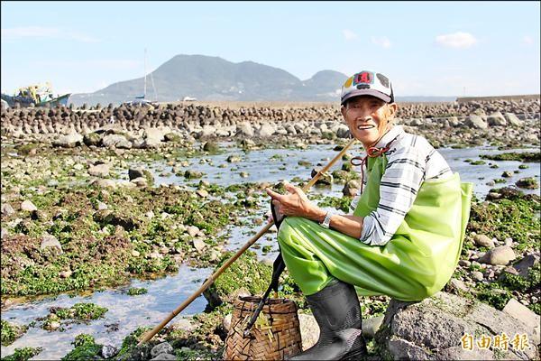 76歲的老漁民施協助靠石滬捕魚,獨力扶養孫子長大,很希望政府重建石滬後,可以恢復往日傳統漁作榮景。(記者陳韋宗攝)