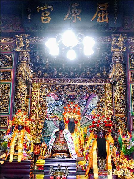 北投區洲美里的屈原宮,是全台唯一以屈原為主神的寺廟,今天端午節將照例依循古禮舉辦祭典與龍舟比賽。(記者林惠琴攝)