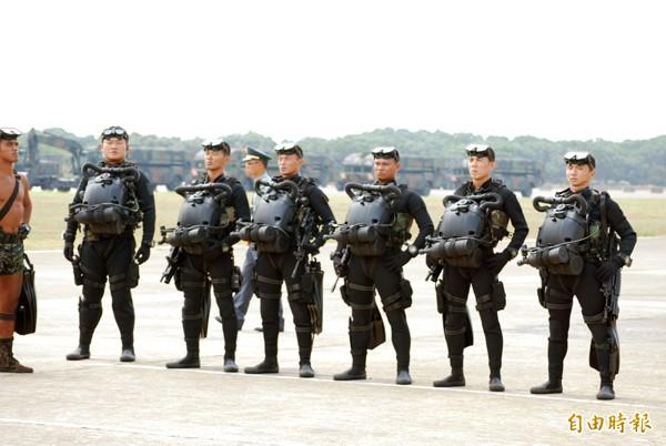 負責南部戰區的反挾持的海軍陸戰特勤隊,必要時將隨海軍艦艇進行反海盜任務,平時身著虎紋迷彩服以及叢林帽,但在海上任務時可換裝用於水下滲透的作戰服裝。(資料照,記者吳明杰攝)
