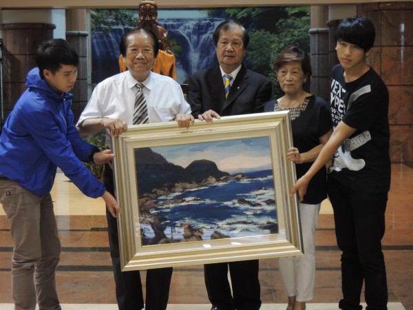 知名畫家倪朝龍(中)捐出31幅畫作給建國科大典藏。(記者吳為恭攝)