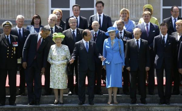 歐美多國領袖參與諾曼地登陸作戰70週年紀念,美國總統歐巴馬(前排左二)與英國女王伊莉莎白二世(前排左三)交談,俄羅斯總統普亭(前排右二)則兀自發呆。(路透)