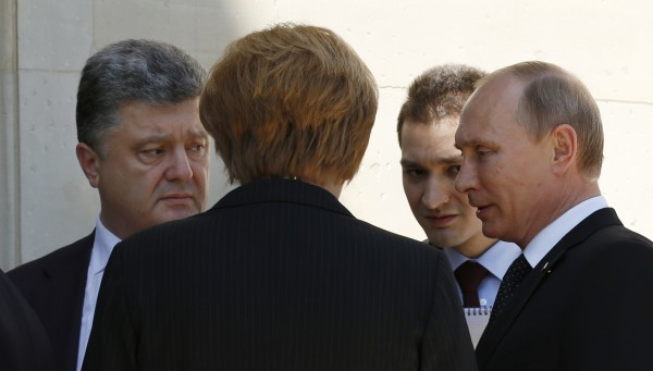 在紀念二戰諾曼地登陸的活動中,俄羅斯與烏克蘭的領袖首度碰面。(路透)
