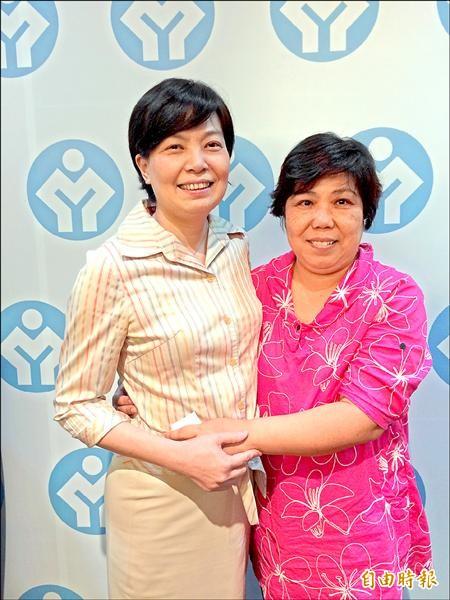 沈香雪(左)感念劉師婷律師(右)的法律扶助,特別出席勞工訴訟扶助專案優良律師頒獎典禮謝謝她。(記者甘芝萁攝)