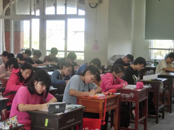 台灣會考日前剛落幕,今年作文成績比例加重,將影響自願選填。中國則是有一篇零分作文在網路上瘋傳,引發熱烈討論。(資料照.記者洪美秀攝)