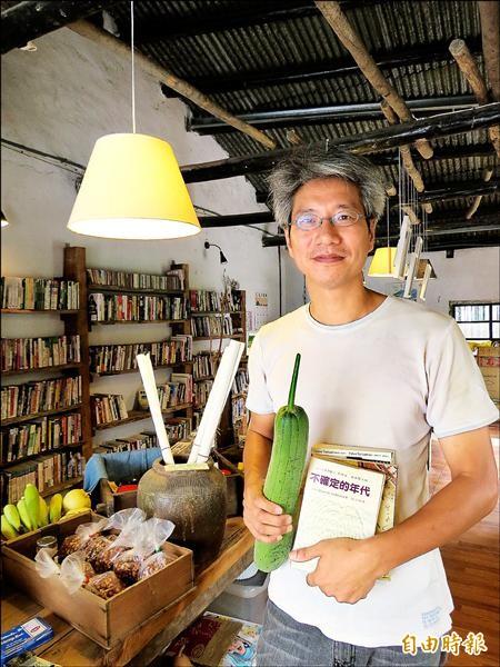 小間書菜老闆江映德不愛賺錢,歡迎客人用二手書換菜、米。(記者王揚宇攝)