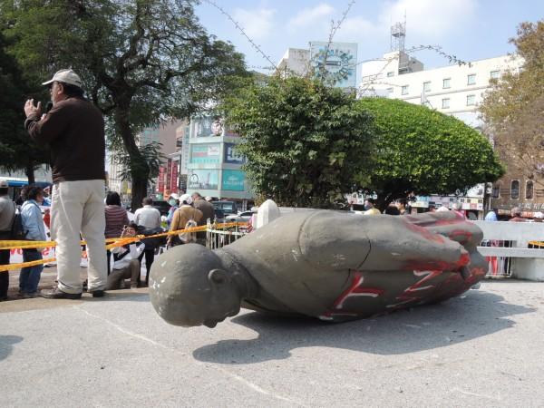 南市中西區湯德章紀念公園內的孫文銅像,2月22日被公投護台灣聯盟動員以繩子強行拉下。(資料照,記者王俊忠攝)