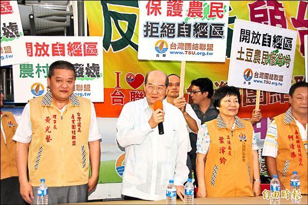 台聯主席黃昆輝(左二)昨天到嘉義縣溪口鄉宣講,告訴農民自經區若開放,將對農業造成衝擊。(記者林宜樟攝)