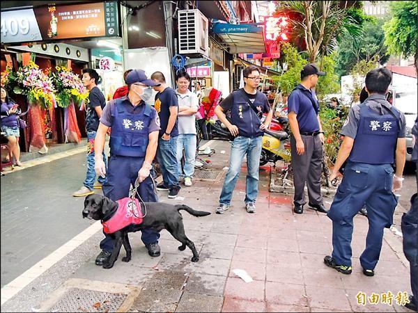 海關配合出動16隻緝毒犬緝毒。(記者吳岳修攝)