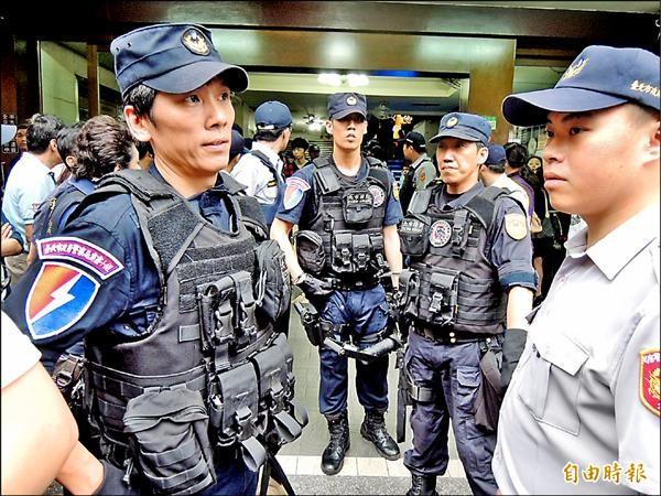 警方派出霹靂小組,遇有不配合店家即打算強力破門進入。(記者吳岳修攝)