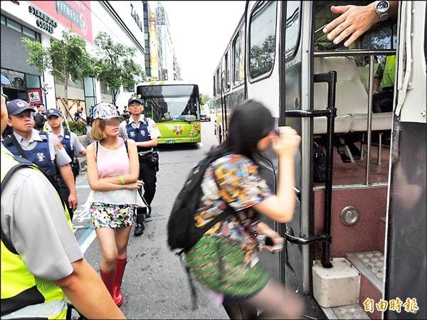 警方強力掃蕩拉K酒店,逮捕涉嫌吸毒、持毒的酒客及酒店小姐。(記者吳岳修攝)