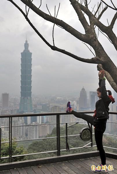 年初強烈大陸冷氣團南下,挾帶中國霾害污染物影響台灣空氣品質,台北天空灰濛濛一片。(資料照,記者簡榮豐攝)