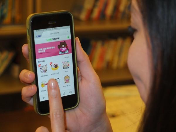 智慧型手機普及,很多人愛用即時通訊軟體LINE隨時和朋友聯繫。(資料照,記者陳炳宏攝)