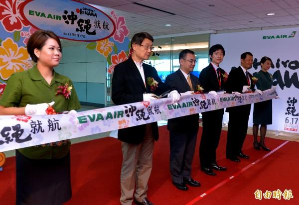 長榮航空新闢的桃園-沖繩航線今天正式首航,並在桃園機場第二航廈舉行首航剪綵儀式。(記者朱沛雄攝)