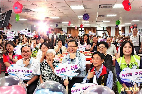縣府今年實施的「老人免費裝假牙」,讓很多老人家三餐不用再吃流質食物。(記者邱奕統攝)