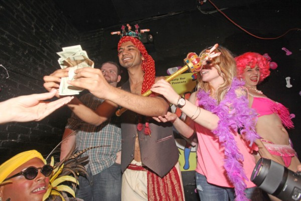 美國紐約布魯克林的一間酒吧,日前舉辦了「最小陰莖比賽」,最後由來自印度28歲的男子古普他(Rajeeve Gupta)奪勝。(圖取自紐約郵報)