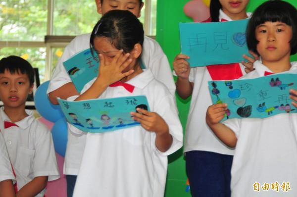學校將要裁併,在校生也將四散到各個學校,讓學生難過得忍不住拭淚。(記者花孟璟攝)