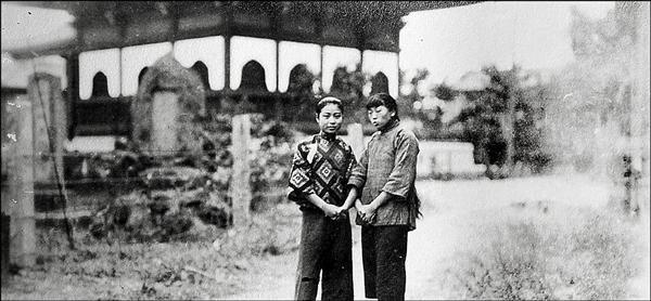 洪騰雲後代、萬芳醫院院長洪啟宗找到老照片,民國初年兩中國女子來台拜訪洪家,疑似在洪家附近留影,並以祖先捐建的考棚為背景。(洪啟宗提供)