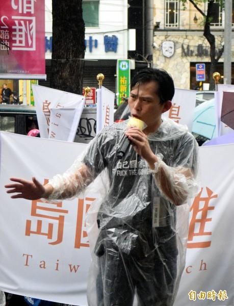 被網友封為「雨中戰神」的中央研究院副研究員黃國昌,冒著大雨在板橋開講,高聲疾呼補正公投法、罷免不適任立委。(記者陳韋宗攝)