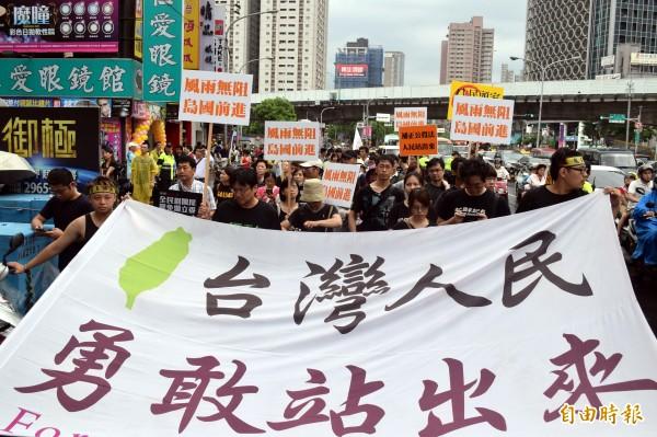 「島國前進」號召上街,要求補正公投法、連署罷免不適任立委,共有約8百人在板橋街頭遊行。(記者陳韋宗攝)
