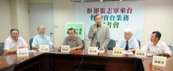 包括台灣社、台灣北社、台灣中社、台灣南社、台灣東社及台灣客社等本土社團代表22日聯合召開記者會,表達反對中國國台辦主任張志軍來台參訪的立場。(記者王敏為攝)