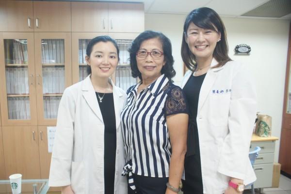 高醫主治醫師陳美瑾(左)和營養師宋侑璇(右),兩人外形酷似桂綸鎂和陳思璇,多年來幫無數民眾成功減重。(記者黃佳琳攝)