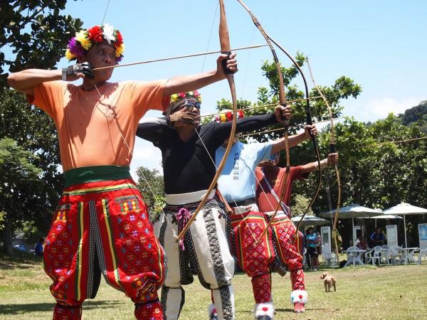 一連2天的「alamu來來!故鄉˙普悠瑪-部落特色文化創意市集」邀鄉親一起體驗卑南族傳統射箭。(記者陳賢義攝)