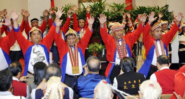 行政院26日舉行原住民族「拉阿魯哇」及「卡那卡那富」認定茶會,兩族也各以表演傳統舞蹈的方式,來歡慶正式核定為台灣原住民族的第15及第16族。(記者叢昌瑾攝)