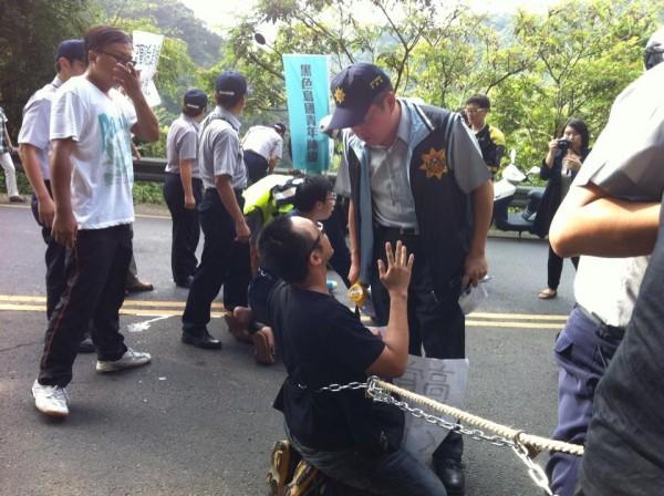 黑島青昨天以鐵鍊封路排人牆,遭警方逮捕。(記者徐聖倫翻攝自臉書)