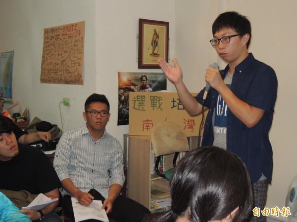 魏揚(右)今天上午在「南台灣選戰培力營」分享他參與政治的經驗,對於用肉身阻擋中國高官,強調是要表達台灣人民對急速靠攏中國的憂慮與憤怒。(記者余雪蘭攝)