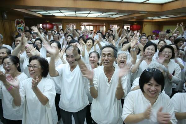 癌友及志工歡迎市長賴清德,展現熱情。(記者黃文鍠攝)