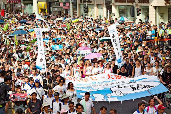 51萬香港民眾昨天參與七一大遊行,許多人高舉「梁振英下台」等旗幟,要求僅以689票當選特首的梁振英快點下台。(歐新社)