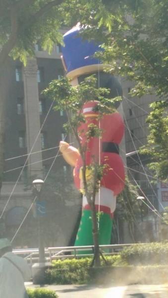 民眾指出,新北市兒童藝術節的巨型裝置「胡桃鉗士兵」,在某角度下乍看,權杖外觀彷彿如陽具,令人會心一笑。(圖由熱心民眾提供)