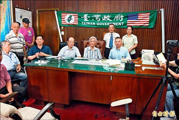 「台灣政府」主席蔡明法(坐者右一)昨率幹部衝進台灣省政府主席辦公室,並掛上「台灣政府」布條。(記者陳鳳麗攝)