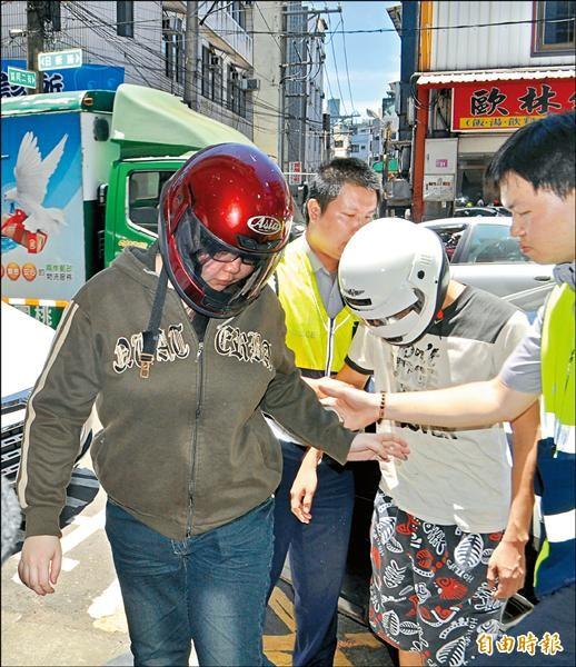 范姓年輕媽媽(左)和後方同居人由警方留置調查,以釐清男童死因。(記者李容萍攝)