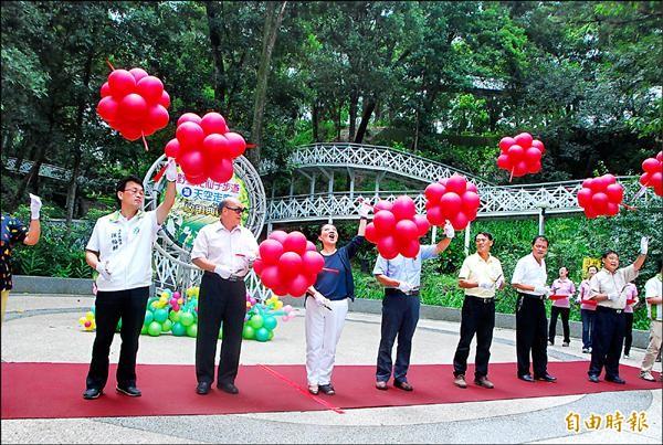 竹崎公園內「花仙子步道」暨「天空走廊」兩大吸睛設施已完成,昨由縣長張花冠(左三)等人剪綵啟用。(記者謝銀仲攝)
