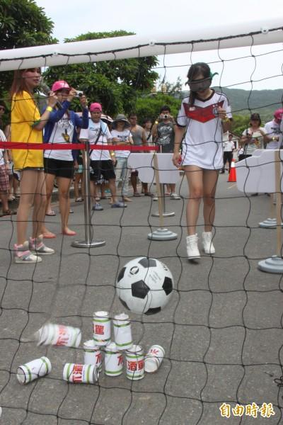 辣妹陪你踢足球。(記者林欣漢攝)