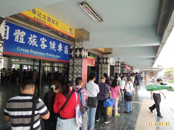 台鐵光華號列車今天退役,一早在花蓮後站發售「再會,DR2700 光華號票量絕響」吸引許多鐵道迷排隊。(記者王錦義攝)