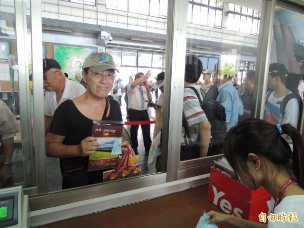 台鐵光華號列車今天退役,一早在花蓮後站發售「再會,DR2700 光華號票量絕響」台北來的王先生排到一號。(記者王錦義攝)